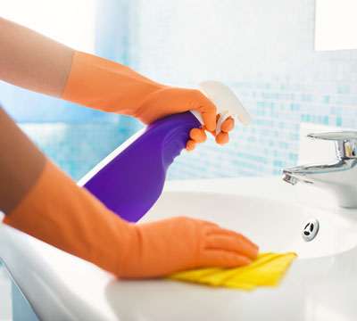 cleaning washbasin and sink with spray
